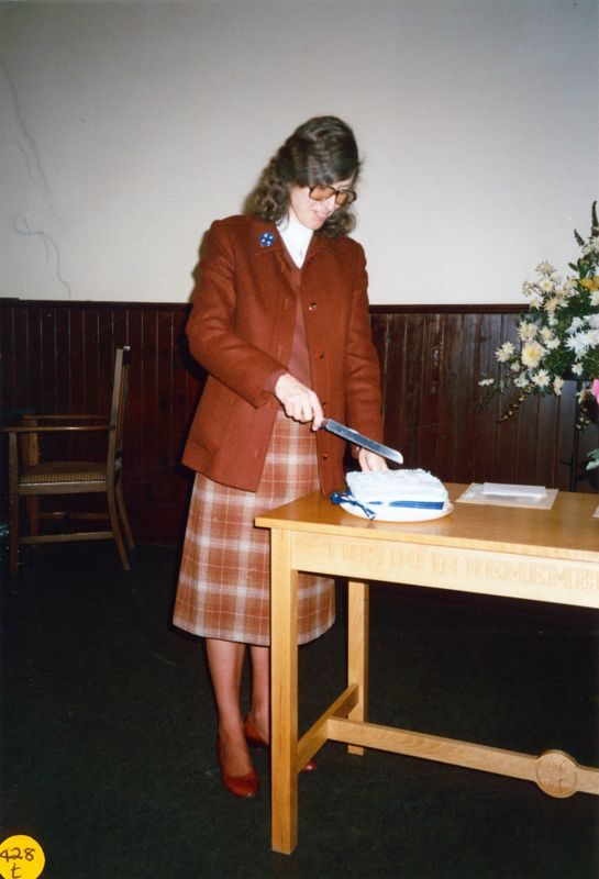 5 December 1989 Presentation of certificates. Rosemary Pierce cutting the cake.