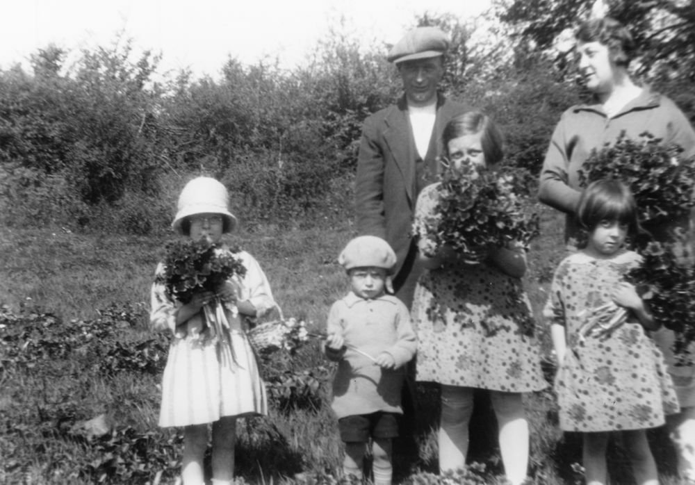 c. 1925 Gathering kingcups. Back: Charles Eaglestone and Miriam Dallinger. Front: Joan and Jack Eaglestone, Betty and Jean Dallinger.
