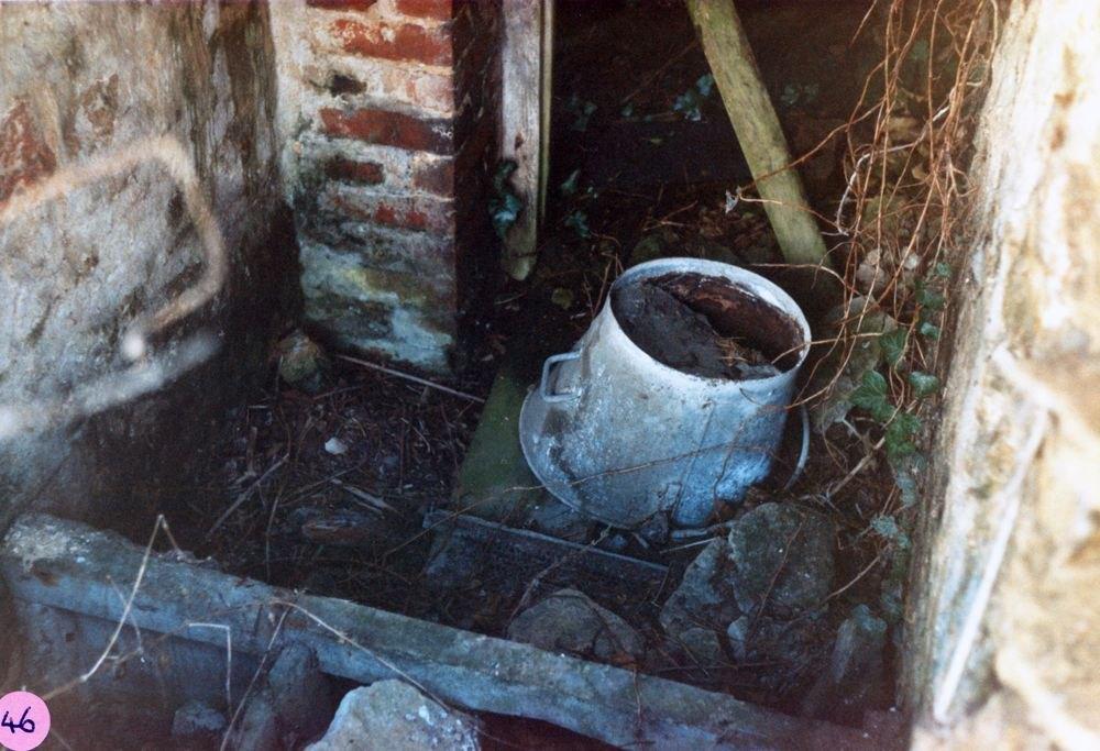 1986 Hollier's Barn. Privy at rear.
