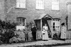 c. 1910 18 Enstone Road, believed to be members of the Castle family.