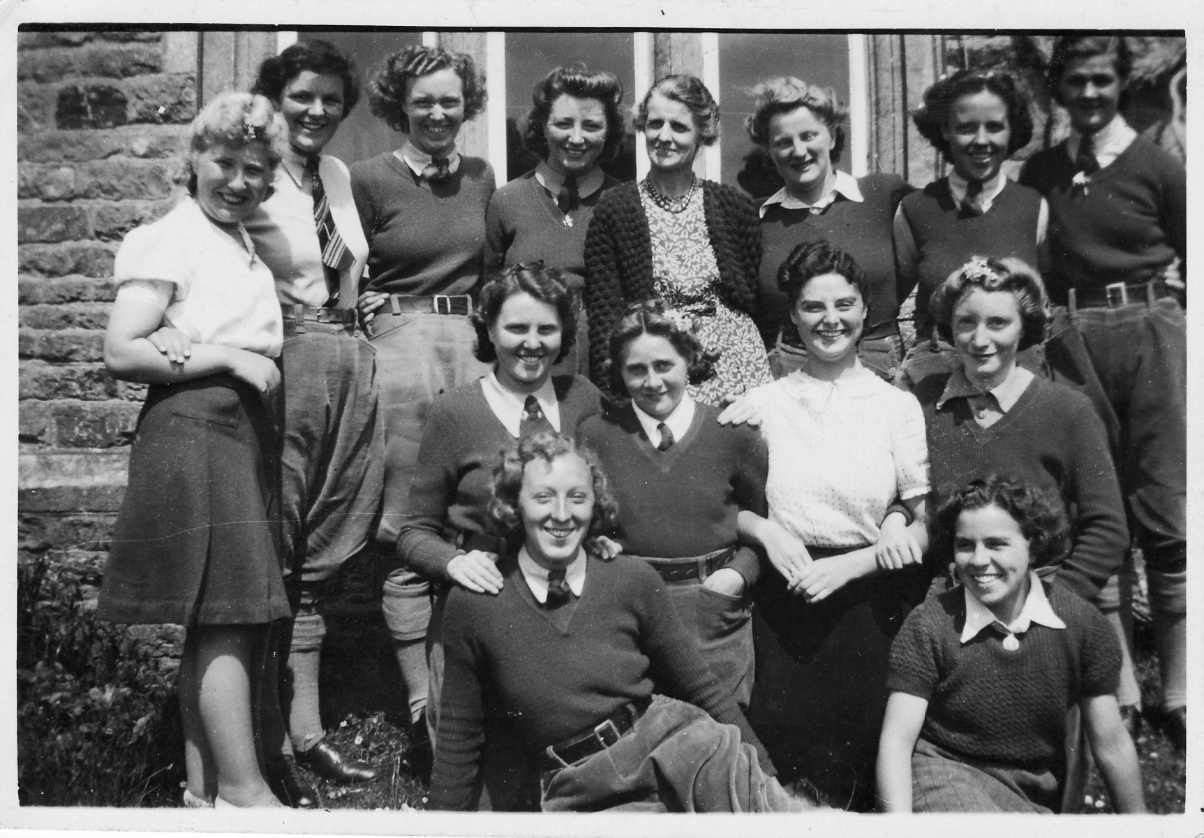 1942. '13' 'Land Tanks' and the Matron. W.L.U Hostel. Middle row, left, Olive, Elsie Bradshaw nee Garvey, Gladys Siddall, ?. Front row, centre, Ivy Dickinson.