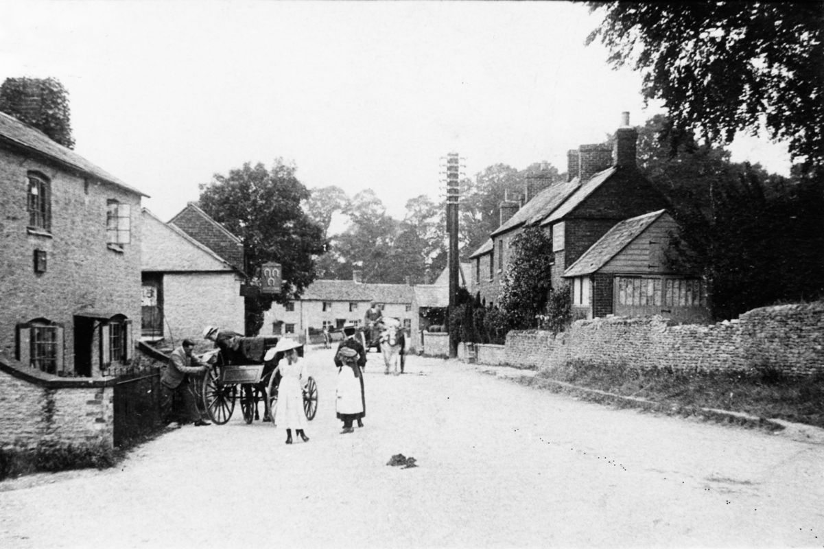 c. 1905 North Street looking west. Right side: 23/21. Left side: 34 and the Three Horseshoes.