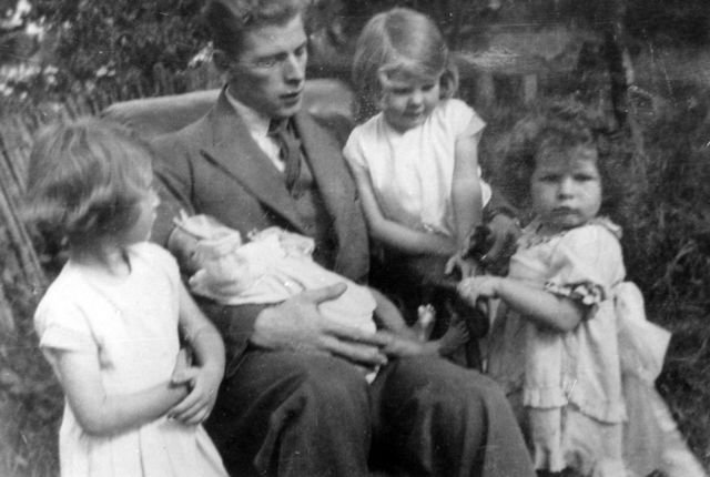 1920s Tom Stockford with his four daughters.