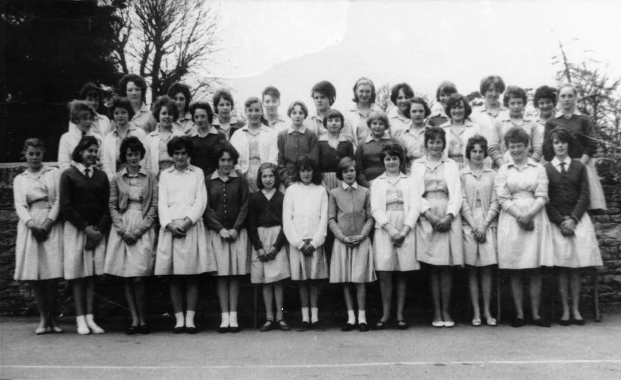 Summer 1962   Steeple Aston School. Middle row 4th, 6th, 7th from left: Christine Savage, Cynthia Bradshaw and Margaret Watkins. Middle row 1st from right: Gillian Savage.