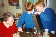 March 1999 Miss Joan Sullivan talking to pupils of Middle Barton School about life in the village during the second world war.