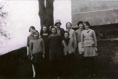 c. 1928. School group on mound. Back row: ?, ?, Margaret Harper, Rose Wyatt, Muriel Stewart, Easter Luing. Front row: Sylvia Cleaver, ?, Nancy Hawtin, ? Milligan.