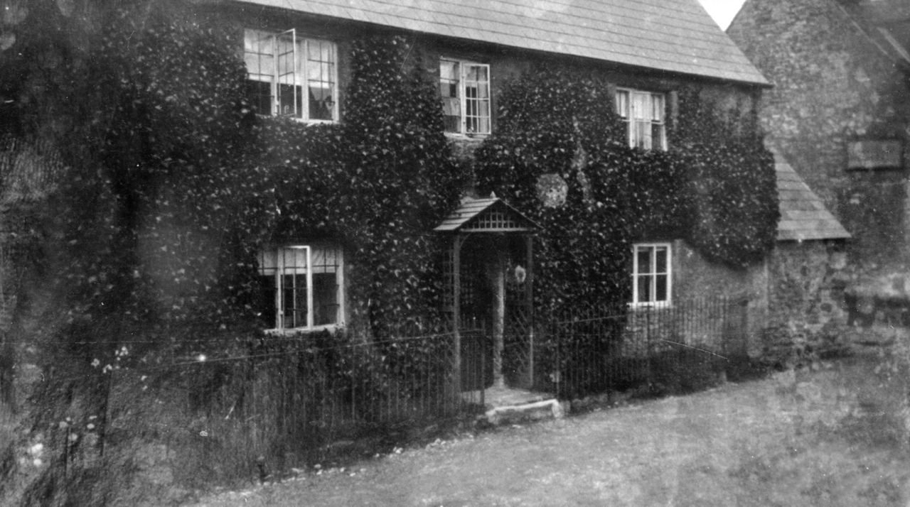 1920s 45 South Street. Just visible is the Constable's bakery sign on the wall of Home Farm.