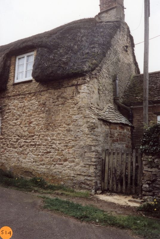 1992 33 South Street. Listed as late mediaeval. Cruck framed with a bread oven at the north side.