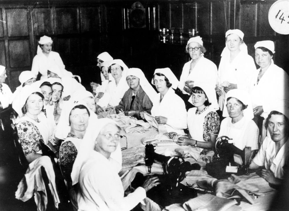 c1940, Making bandages at Barton Lodge.